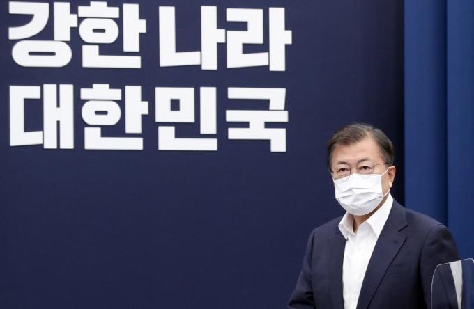 """문 대통령, 내일(12일) 코로나 점검회의… """"무거운 책임감"""""""