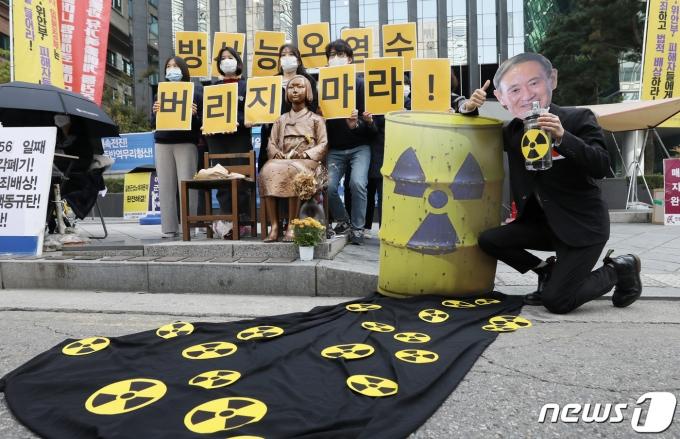 환경운동연합과 시민방사능감시센터는 지난해 10월 서울 종로구 옛 주한일본대사관 앞에서  후쿠시마 원전 오염수 방류 규탄 집회를 열었다. 사진은 일본 스가 총리 가면을 쓴 참석자가 방사성 오염수의 해양 방류를 검토 중인 일본 정부를 규탄하는 퍼포먼스를 하는 모습. /사진=뉴스1