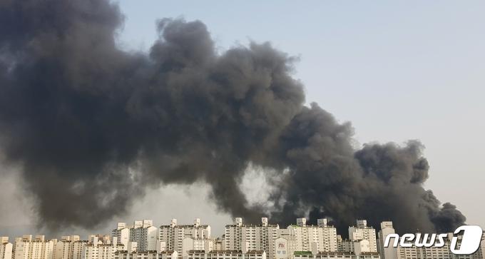 경기 남양주시 다산동의 한 주상복합건물에서 10일 오후 4시30분쯤  불이 나 검은 연기가 피어오르고 있다. /사진=뉴스1(독자 제공)