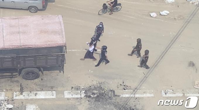 미얀마 경찰이 시위현장에서 민간인을 체포하고 있다. © 로이터=뉴스1 © News1 원태성 기자