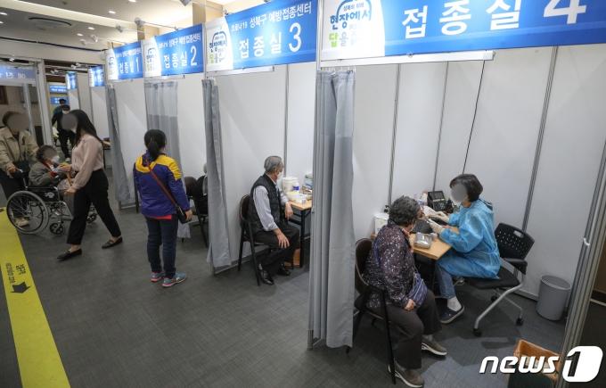 서울 성북구청 코로나19 예방접종센터를 찾은 어르신들이 백신 예방접종을 하는 모습./뉴스1 © News1 성동훈 기자