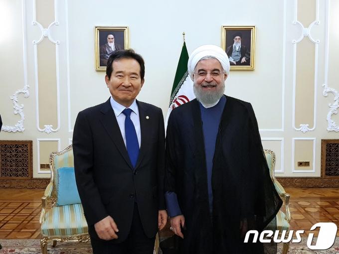 정세균 국회의장(현 국무총리)이 지난 2017년 8월5일 오전(현지시각) 이란 테헤란의 대통령궁에서 호자토레슬람 하산 로하니(Hojjatoleslam Hassan Rouhani) 이란 대통령을 만나 양국간 교류 및 협력 증진 등을 논의했다.(국회 제공) 2017.8.7/뉴스1