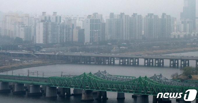 서울 영등포구 여의도 63아트에서 바라본 서울 도심 아파트 단지가 짙은 안갯속에 묻혀있다. 2021.3.28/뉴스1 © News1 민경석 기자