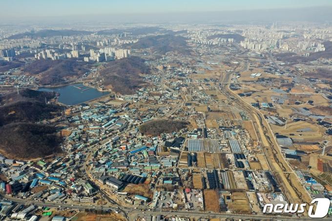 국토교통부는 24일 신규 공공택지 추진계획을 발표했다. 이날 신규택지로 지정된 광명·시흥 지구는 1271만㎡ 규모로 서울 여의도 면적의 4.3배에 이르며 광명·시흥 지구에서 총 7만가구의 신규 주택을 지을 계획이다. 사진은 이날 신규 택지로 지정된 경기도 시흥시 과림동, 광명시 옥길동 일대의 모습. 2021.2.24/뉴스1 © News1 조태형 기자
