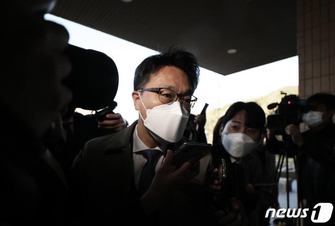 김진욱 고위공직자범죄수사처(공수처) 처장이 지난 5일 오전 경기 과천정부청사 공수처에서 굳은 얼굴로 출근하고 있다. 2021.4.5/뉴스1 © News1 오대일 기자