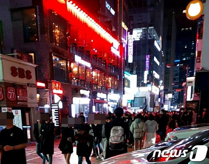 10일 오후 10시30분쯤 서울 강남구 먹자골목 인근 모습. © 뉴스1 김도엽 기자