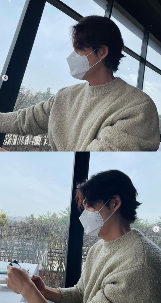 배우 김우빈이 봄 데이트 나온듯한 분위기를 물씬 풍겼다./사진=김우빈 인스타그램