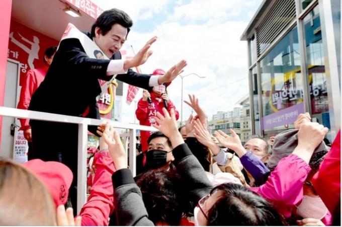 4.7서울시장 보궐선거에 출마해 선거운동을 펼치고 있는 허경영 국가혁명당 총재. 허 총재는 서울시장 선거에서 3위를 차지한 여세를 몰아 내년 대선에 도전할 뜻을 드러냈다. (페이스북 갈무리) © 뉴스1