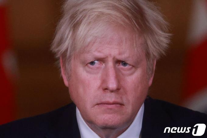 보리스 존슨 영국 총리가 런던의 다우닝가 10번지 총리관저에서 코로나19 관련 기자회견을 하고 있다. © AFP=뉴스1 © News1 우동명 기자