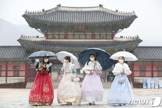 전국 곳곳에 비가 내리고 있는 지난 3월1일 서울 경복궁을 찾은 학생들이 우산 속에서 셀카를 찍으며 추억을 남기고 있다. 2021.3.1/뉴스1 © News1 박정호 기자