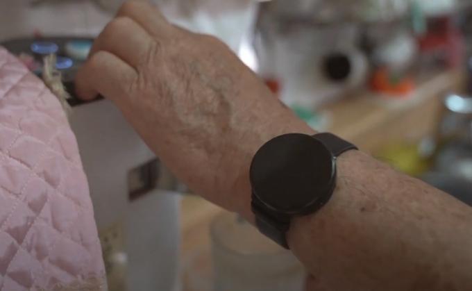어르신의 생활패턴을 분석할 수 있는 손목시계 형태의 디바이스. / 사진제공=용인시