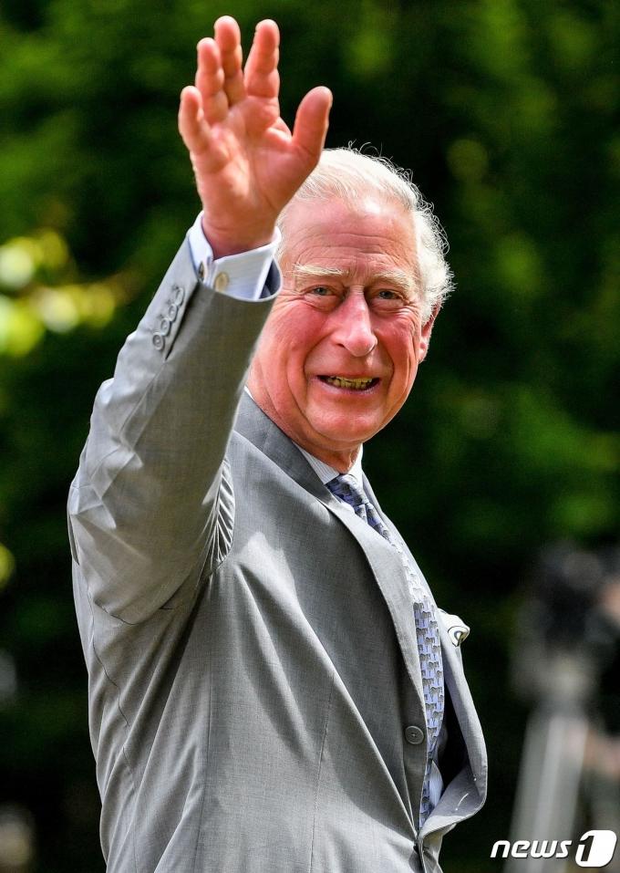 찰스 영국 왕세자가 글로스터에 있는 글로스터셔 병원을 방문해 시민들에게 손을 흔들고 있다. © AFP=뉴스1 © News1 우동명 기자