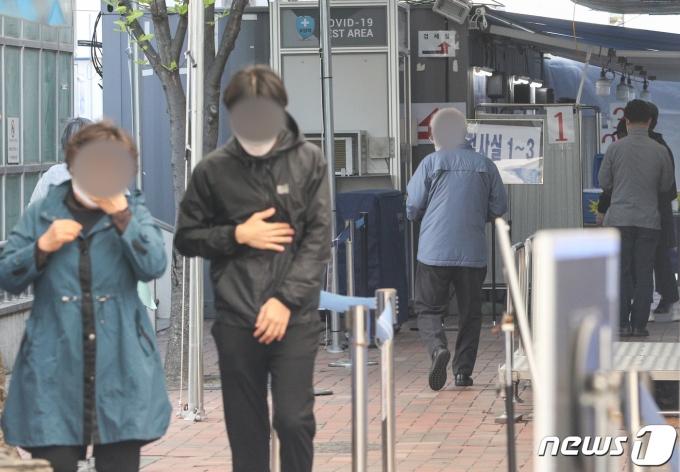 서울 영등포구청에 마련된 코로나19 선별진료소를 찾은 시민들 모습. 2021.4.9/뉴스1 © News1 성동훈 기자
