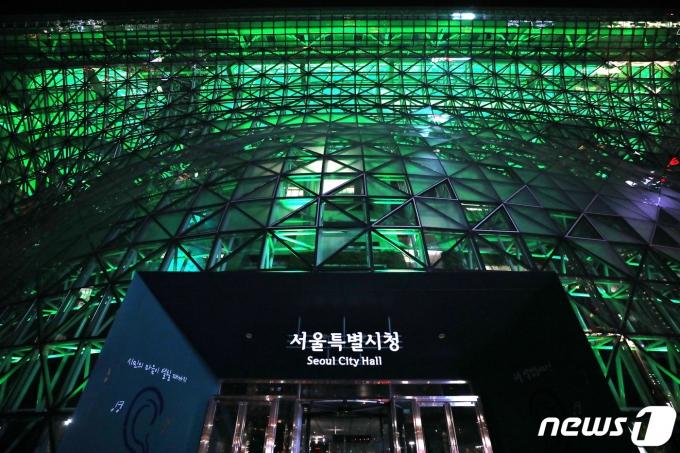 지난해 12월12일 오후 서울시청 본관 건물이 파리 기후변화 협정 5주년을 기념해 녹색 불빛을 밝히고 있다. 2020.12.12/뉴스1 © News1 이광호 기자