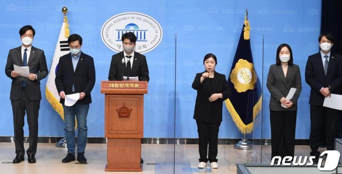 오영환 의원을 비롯한 더불어민주당 2030 의원들이 9일 오전 서울 여의도 국회 소통관에서 '더불어민주당 2030의원 입장문' 발표를 하고 있다./뉴스1 © News1 박세연 기자