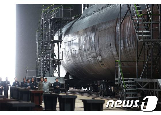 북한 노동당 기관지 노동신문은 지난 2019년 7월23일 김정은 국무위원장이 새로 건조한 잠수함을 시찰했다고 전하며