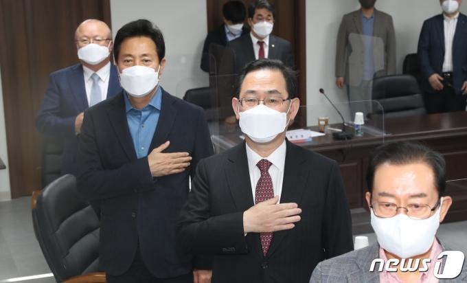 오세훈 서울시장(왼쪽 두 번째부터)과 주호영 국민의힘 당대표 권한대행이 11일 오후 서울 여의도 당사에서 열린 부동산정책협의회에서 국민의례를 하고 있다. 2021.4.11/뉴스1 © News1 신웅수 기자