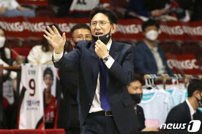[사진] 작전지시하는 서동철 감독