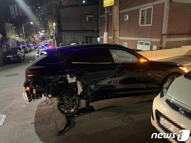부산에서 20대 남성이 음주 후 차량 2대를 들이받는 사고를 내고 도주하다 경찰에 붙잡혔다./사진=뉴스1
