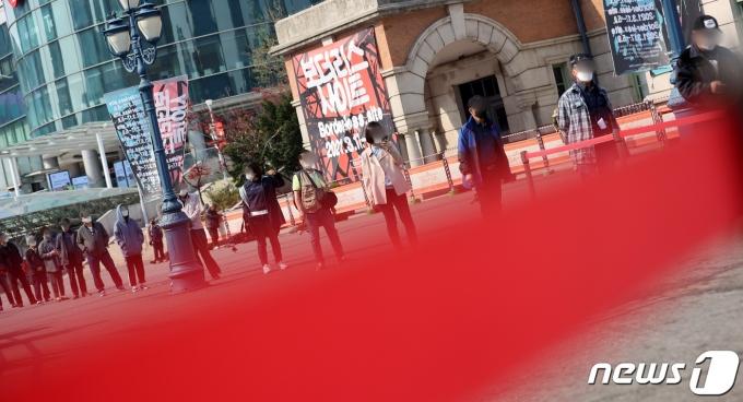 서울 중구 서울역 광장에 마련된 임시선별검사소에서 시민들이 코로나 검사를 위해 대기하고 있다. 2021.4.11/뉴스1 © News1 조태형 기자