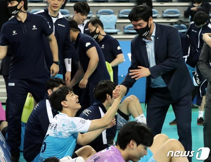 [사진] 챔프 1차전 승리 거둔 신영철 감독, 선수들 수고했어