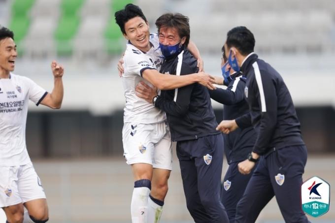 울산 현대 김인성이 극장골을 넣은 뒤 홍명보 감독과 함께 환호하고 있다. (한국프로축구연맹 제공) © 뉴스1