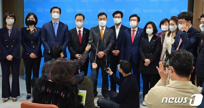 국민의힘 초선 의원들이 8일 오전 서울 여의도 국회 소통관에서 4·7재보선 관련 기자회견을 마친 뒤 취재진의 질문에 답하고 있다. 국민의힘 초선 의원들은