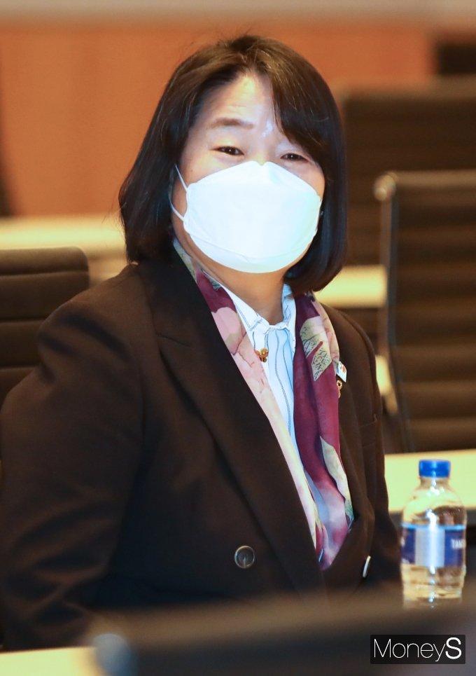 [머니S포토] 민주당 비공개 초선의원 모임 참석한 '윤미향'