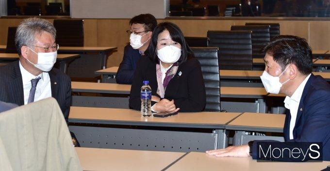 [머니S포토] 민주당 초선의원 모임, 대화 나누는 윤미향