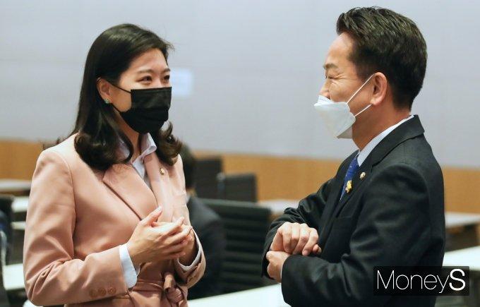[머니S포토] 민주당 초선의원 모임, 신현영·고영인의 대화