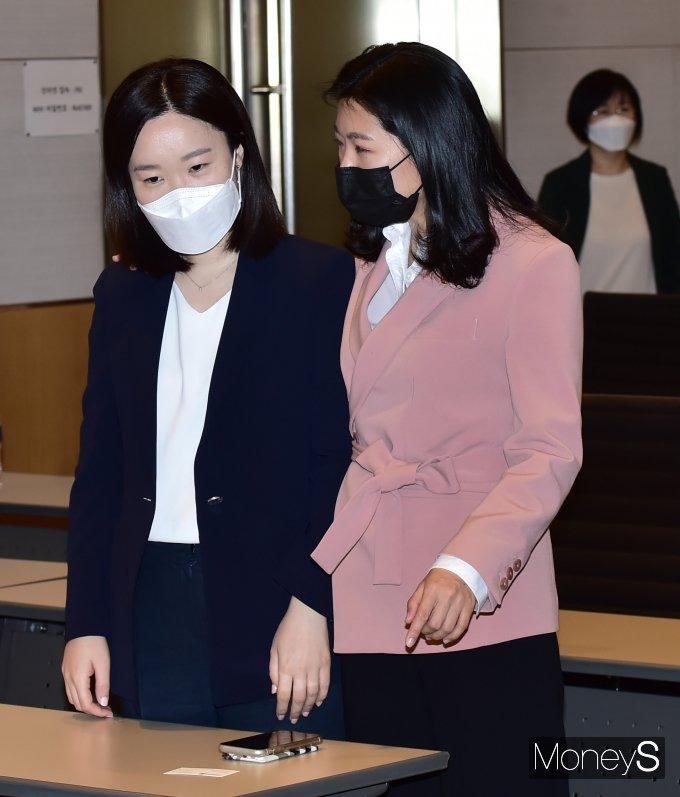 [머니S포토] 민주당 초선의원 모임 참석한 신현영-이소영