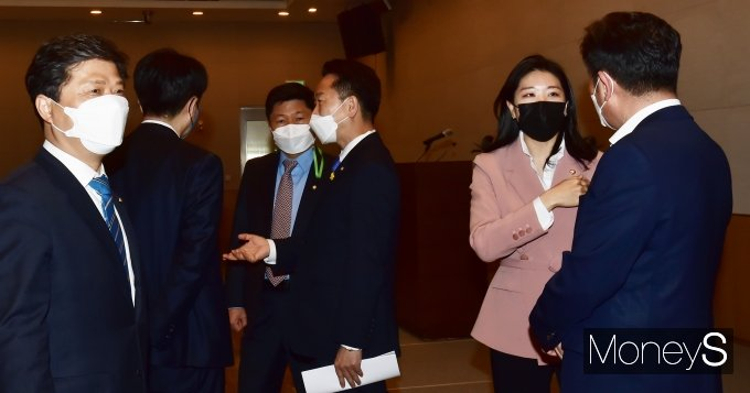 [머니S포토] 4월 3주 오전 '비공개' 모임 개최한 민주당 초선의원