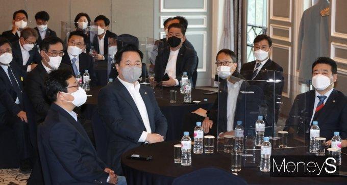 [머니S포토] 한자리에 모인 민주당 재선 의원들