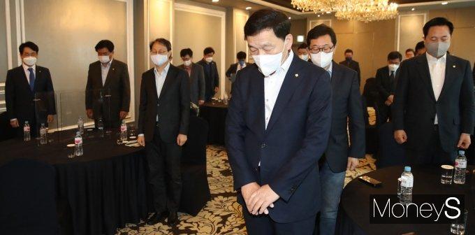 [머니S포토] 민주당 4.7 재보선 참패, 묵념하는 재선 의원들