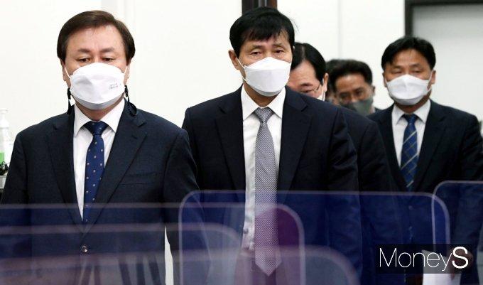 [머니S포토] 민주당 비대위 회의 입장하는 '도종환'