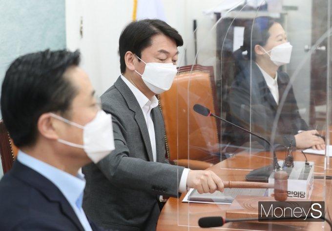 [머니S포토] 의사봉 두드리는 안철수