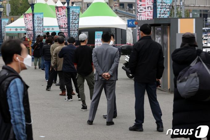 정부가 '서울형 거리두기'에 대해 지방자치단체의 자율성을 존중하면서 합리적인 방안을 찾겠다고 밝혔다. 사진은 12일 오전 서울 중구 서울역 광장에 마련된 임시선별검사소의 모습. /사진=뉴스1