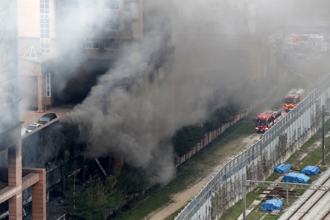 최근 일어난 경기 남양주시 다산동의 한 주상복합건물 화재에서 자신의 반려견을 구하기 위해 다시 불 속으로 뛰어들었다는 한 남성의 사연이 소개돼 화제다. 사진은 화제 발생 당시 모습. /사진=뉴스1