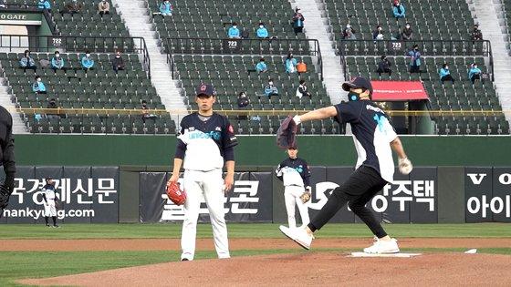 배우 지성이 9일 열린 롯데자이언츠 '2021 시즌 홈 개막 시리즈'에서 시구자로 나섰다.  /사진=유니세프한국위원회