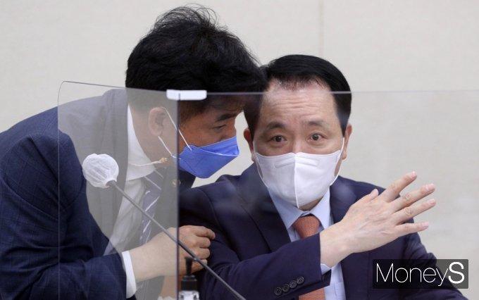 [머니S포토] 의견 나누는 성일종과 김병욱