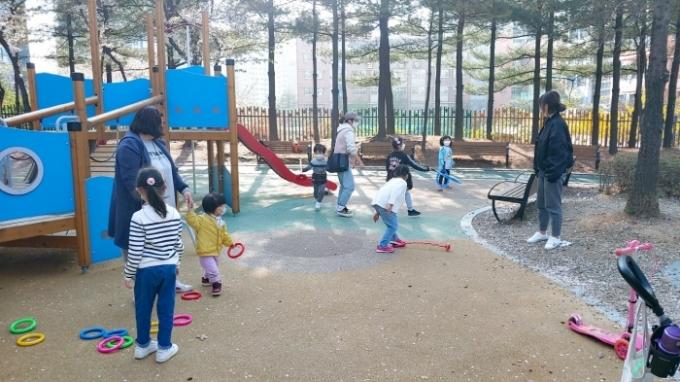 의왕시(시장 김상돈)는 어린이들이 즐겁게 놀 수 있는 놀이환경 조성을 위해 관내 공공 어린이놀이터에 '놀이상자'를 제작해 비치했다. / 사진제공=의왕시