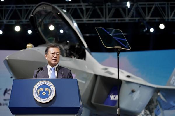 문재인 대통령이 지난 9일 경남 사천시 한국항공우주산업(KAI) 고정익동에서 열린 한국형 전투기 보라매 시제기 출고식에서 기념연설을 하고 있다. /사진=뉴스1
