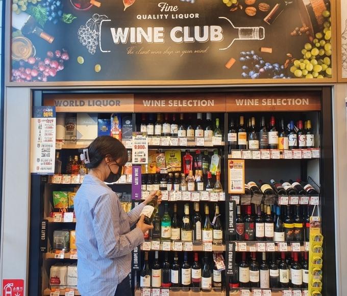이마트24는 올해 1분기(1월~3월) 와인 판매 수량을 확인한 결과, 80만병을 넘어선 것으로 나타났다. /사진=이마트24