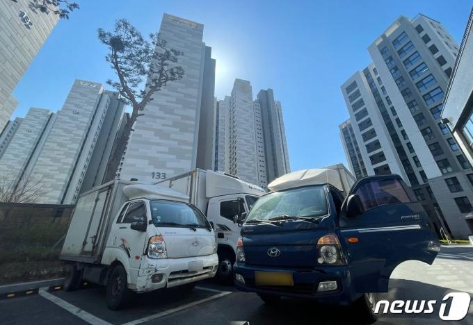 5일 오후 서울 강동구 고덕동의 한 대단지 아파트 앞에 택배 차량이 주차돼 있다. (사진은 기사 내용과 무관함) / 뉴스1 © News1