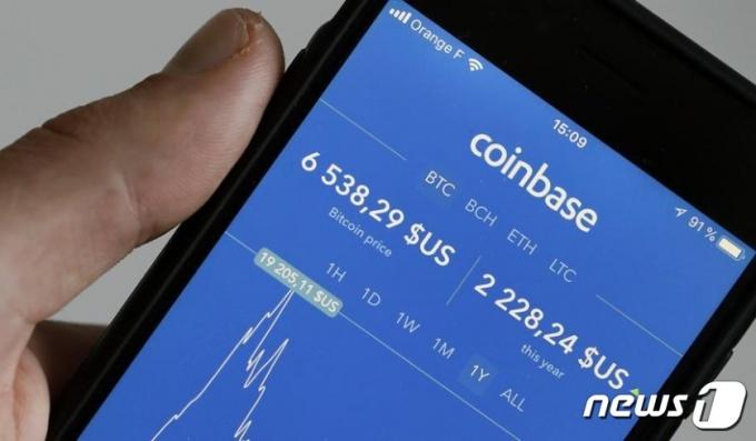 한 투자자가 코인베이스 앱을 이용, 암호화폐 거래를 하고 있다.
