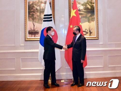 정의용 외교부 장관과 왕이 중국 국무위원 겸 외교부장이 지난 3일 중국 샤만 하이웨호텔에서 한중 외교장관회담을 시작 하기 전 악수를 하고 있다.(중국 외교부 제공)© 뉴스1