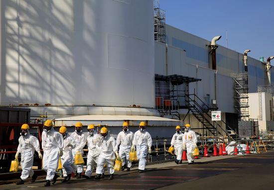 일본 정부가 후쿠시마 제1원전 오염수 해양 방류를 결정하면서 우리나라도 약 7개월 후 오염수에 직접적인 영향을 받을 것으로 분석된다. 사진은 지난달 1일본 후쿠시마현 제1원전 2,3호기를 지나는 근로자들. /사진=로이터