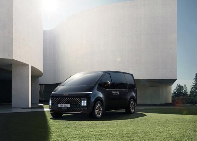 현대자동차는 13일 '스타리아 디지털 월드 프리미어' 영상을 통해 새로운 이동경험을 제시하는 MPV(다목적차) '스타리아'(STARIA)를 세계최초로 공개했다. /사진제공=현대자동차