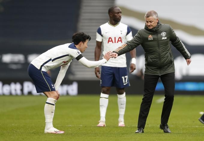 손흥민(왼쪽)이 지난 12일(한국시각) 홈에서 열린 맨체스터 유나이티드와의 경기 종료 후 올레 군나르 솔샤르 감독과 악수를 나누고 있다. /사진=로이터