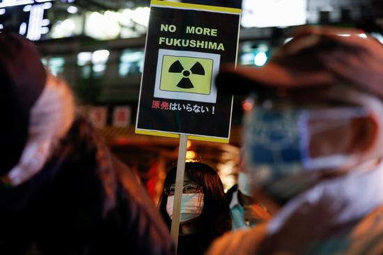 일본 정부가 후쿠시마 제1원전 오염수 해양 방류를 결정했다. 사진은 지난달 11일 후쿠시마 원전 사고 10주년을 맞아 도쿄전력 본사 앞에서 열린 반반사능 집회에서 한 시위대가 플래카드를 든 모습. /사진=로이터